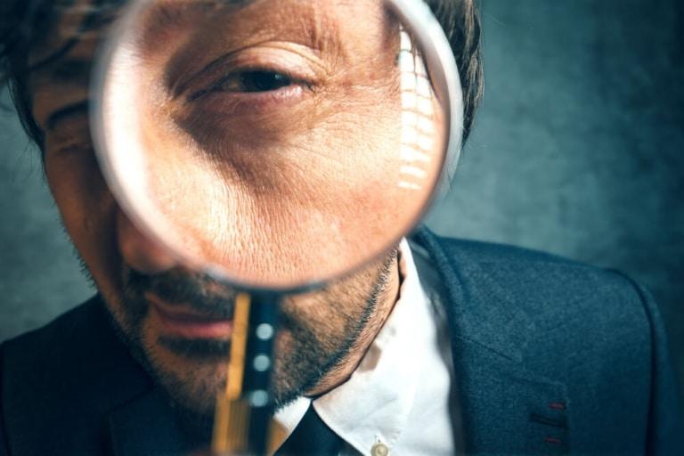Coverbild für Google Search Console zeigt Mann mit Lupe