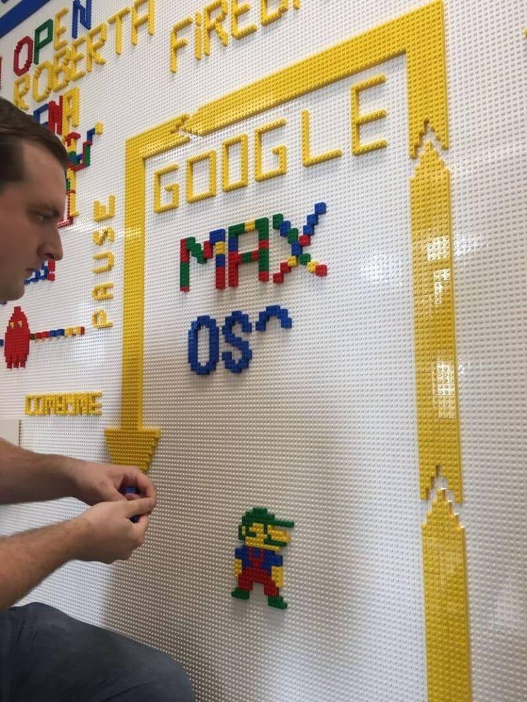 Bauen des OSG-Logos mit Lego-Steinen in der Google Zukunftswerkstatt