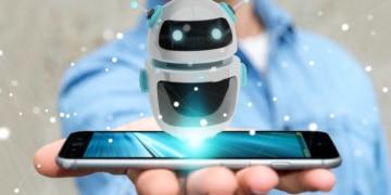 kleiner Roboter schwebt über Handy