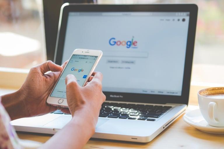 Google Suche auf Laptop und Handy