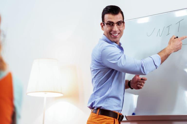 Mann zeichnet am Flipboard
