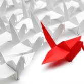 origami vögel in rot und weiß