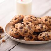 Cookies auf einem Teller mit einem Glas Milch