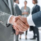Geschäftsmänner geben sich die Hand