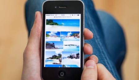 Handy mit Urlaubsfotos