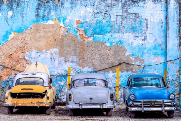 Alte Autos vor einer Wand
